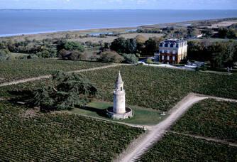 Phare du Médoc à côté du Château La Tour de By