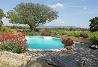 Domaine Rouge-Bleu - La piscine avec vue sur les vignes