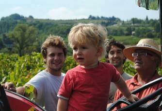 La famille Arnaud dans les vignes de la Ferme des Arnaud