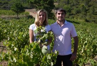 Marie et Vivien dans leur vignes au Domaine des Païssels